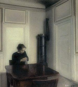 Spillebord, ved hvilket en sortklædt kvinde sidder og syr. Efter 1898.
